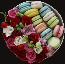 Цветы и макаронс в коробке «Красиво»