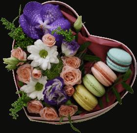 Цветы и макаронс в коробке «Цветочный бранч»