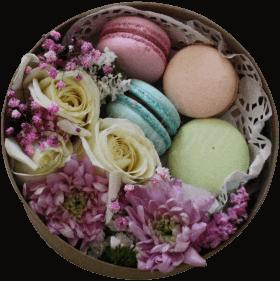 Цветы и макаронс в коробке «Ванильное мороженое»