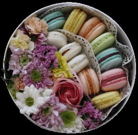 Цветы и макаронс в коробке «Вкусно»