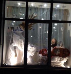 Зимняя витрина «Малыш в санях»